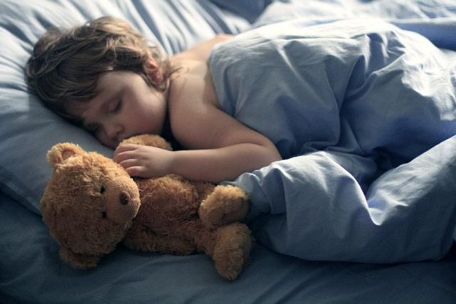спят усталые игрушки, мишки спят ... фото