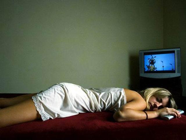 Сон при работающем телевизоре. Фото